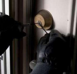 20-годишен мъж от Борован е заловен да краде пари и телефон от възрастна жена