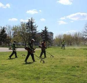В Козлодуй започна пролетно почистване на тревни площи и битови отпадъци