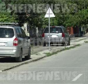 Неправилното паркиране на автомобили в Мездра отдавна се превърна в традиция