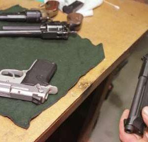 Откриха в дома и автомобила на мъж от Лом два незаконни пистолета