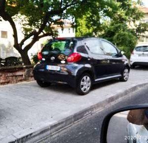 Продължава неправилното паркиране по тротоари и улици в град Мездра